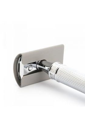 Προστατεύει τη λεπίδα και την κεφαλή της ξυριστικής σας μηχανής από χτυπήματα ενώ σας προστατεύει από κοψίματα όταν είναι αποθηκευμένη. Το προστατευτικό κάλυμμα ταιριάζει σε όλες τις κεφαλές της Muhle, είτε είναι open comb είτε είναι closed comb.