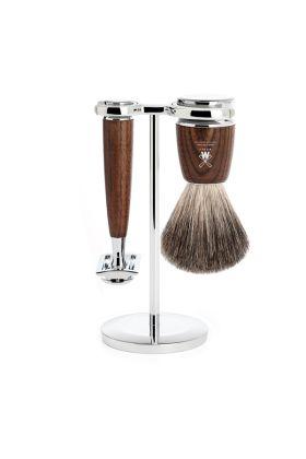Σετ ξυρίσματος 3 τεμαχίων της Muhle. Το σετ περιλαμβάνει ένα πινέλο ξυρίσματος Pure Badge, ένα stand και μια ξυριστική μηχανή Closed Comb.