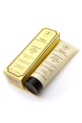 Το συγκεκριμένο Aftershave δεν περιέχει οινόπνευμα. Περιέχει aloe vera και ανθόνερο αμαμελίδας (Witch Hazel) για να ισορροπήσει και ν' ανακουφίσει το δέρμα μετά το ξύρισμα. Το σανδαλόξυλο είναι το βασικό άρωμα του aftershave και συνοδεύεται από άρωμα κέδρ