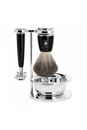 Σετ ξυρίσματος 4 τεμαχίων της Muhle. Το σετ περιλαμβάνει ένα πινέλο ξυρίσματος Pure Badge, ένα stand, ένα μπολ ξυρίσματος και μια ξυριστική μηχανή Closed Comb.